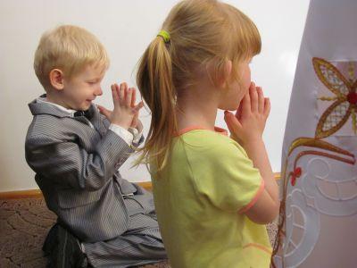Modlący się dziewczynka i chłopiec