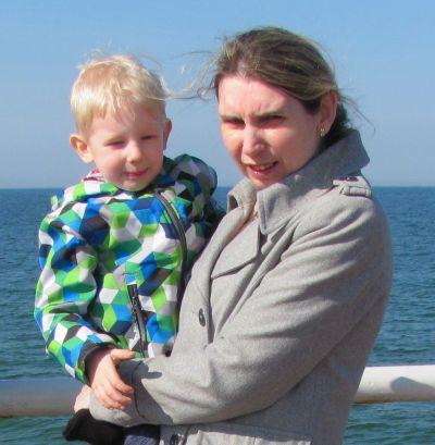 Matka trzymająca na rękach 4-letniego synka
