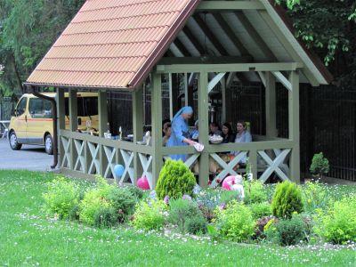 Altanka w ogrodzie - miejsce biesiady przy grillowaniu z okazji Dnia Dziecka