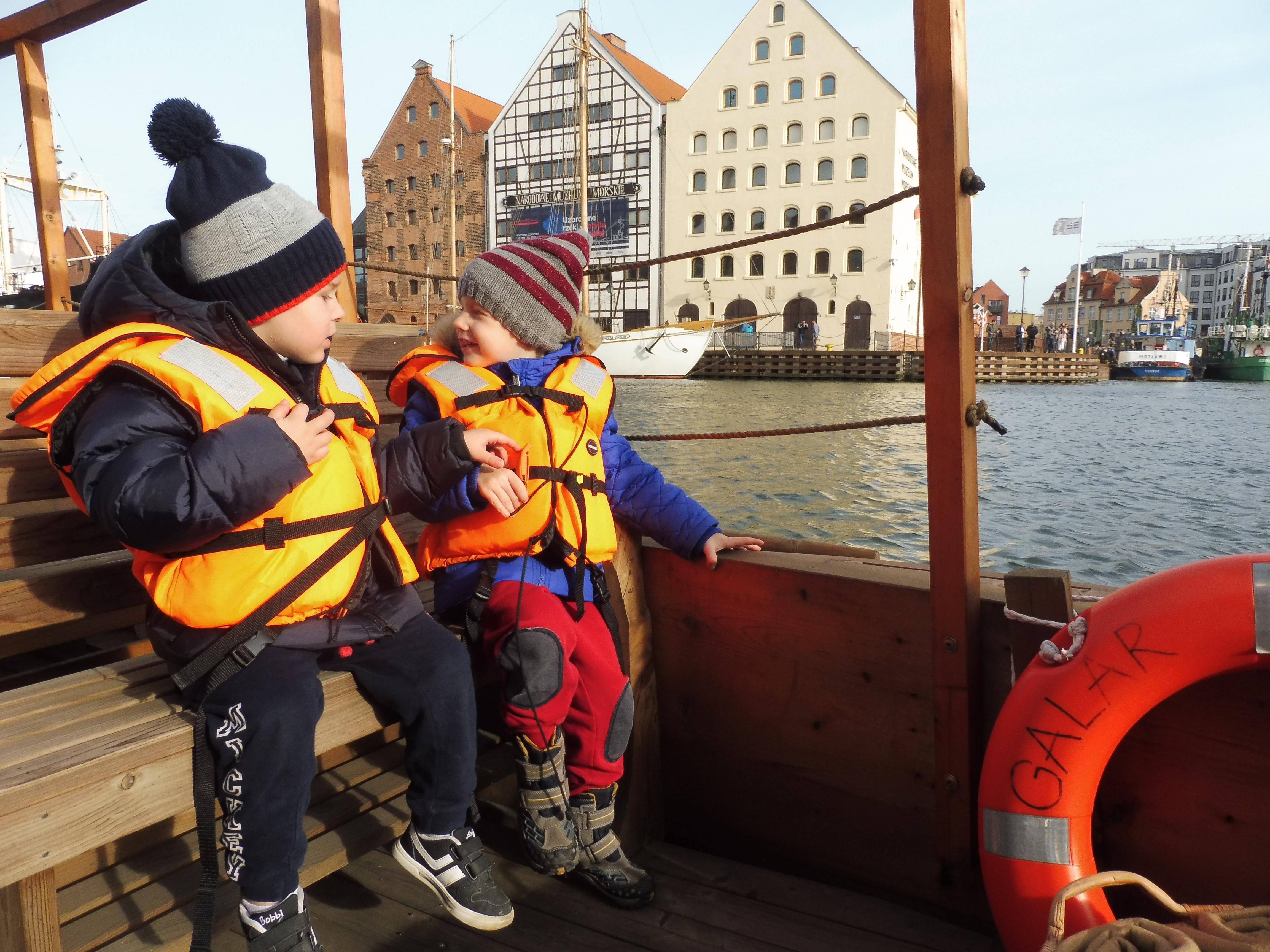 Dzieci na łodzi typu Galar