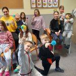 Grupa dzieci trzymająca wykonane z olówków drzewka